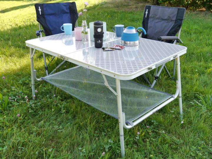 Mehr Platz: Wenn die Tischplatte nicht ausreicht, bringt die Gitternetzablage zusätzlichen Stauraum